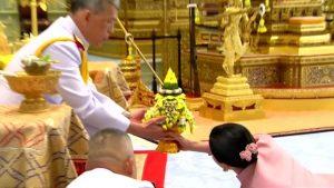 Thailandia, la ex hostess sposa il re e striscia ai suoi piedi per essere incoronata regina