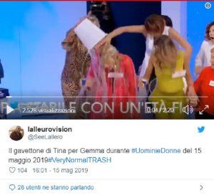 Uomini e Donne: Tina Cipollari, secchio d'acqua addosso a Gemma Galgani