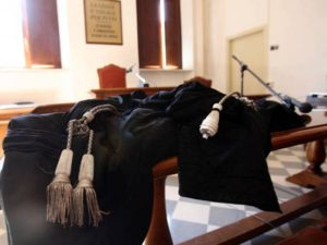 Taranto, prof accusato da studentesse: alla laurea senza vestiti