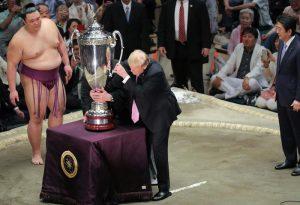 trump premia lottatore sumo