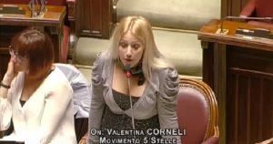 Valentina Corneli, la deputata M5s sfodera il décolleté abbondante