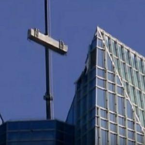 Oklahoma City, lavavetri sospesi al 50esimo piano di un grattacielo per il forte vento