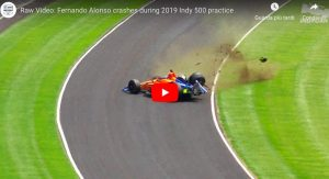 Alonso, incidente terribile durante la 500 Miglia di Indianapolis. Per fortuna è illeso. VIDEO