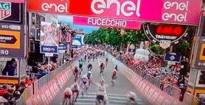 Giro d'Italia 2019, Ackermann beffa Viviani in volata e vince la seconda tappa