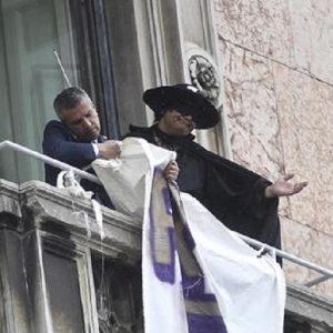 """Riccardo Germani, il manifestante vestito da Zorro: """"Le forze dell'ordine sono entrate in stanza e..."""" (foto Ansa)"""