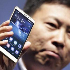 Huawei e non solo, intenzioni di acquisto online in calo per gli smartphone cinesi (foto Ansa)