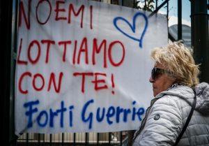 Napoli, Noemi torna a casa. La bambina è stata dimessa dall'ospedale Santobono (foto Ansa)