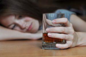 Alcol, genitori permissivi? Figli più a rischio di ubriacarsi