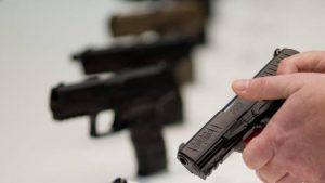 Armi che passione: 4 milioni di possessori legali. E un candidato leghista che con la pistola ci va a letto VIDEO