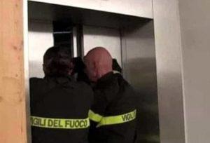 """Padova, bloccata in ascensore per 27 ore con 40 gradi e senza telefono: """"Salva bevendo vino"""""""