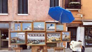 """Banksy profeta a Venezia: l'opera con la nave da crociera che """"schiacciava"""" San Marco"""