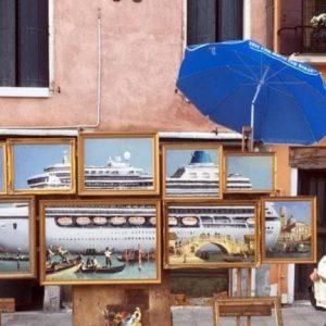 """Bansky profeta a Venezia: l'opera con la nave da crociera che """"schiacciava"""" San Marco"""