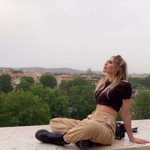 Ilary Blasi, la foto sul panorama di Roma scatena gli haters