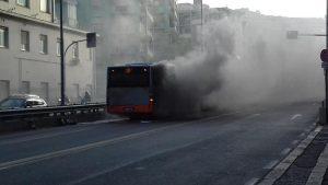 Genova, bus a fuoco in corso Europa: traffico in tilt da Brignole a Sturla