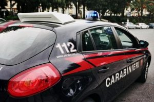 Roma: pusher di 20 anni vede i carabinieri e si lancia nel vuoto. Loro lo salvano
