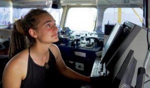 Sea Watch, la capitana fa sbarcare i migranti: rischia fino a 10 anni ci carcere