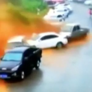 Cina, valanga di fango dalla collina travolge decine di auto VIDEO