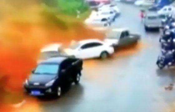 Cina, valanga di fango dalla collina travolge decine di auto VIDEO