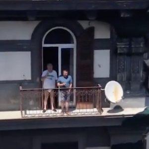 Giuseppe Conte a Napoli: dialogo sul balcone con il collega in mutande