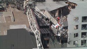 Dallas, una gru si è abbattuta su un palazzo a causa del vento: almeno un morto e diversi feriti VIDEO
