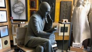 Trieste, la statua di Gabriele D'Annunzio divide i cittadini