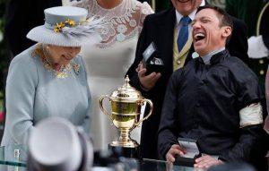 Dettori, chi è il fantino italiano che ha vinto 4 volte su 4 ad Ascot e che fa ridere la Regina