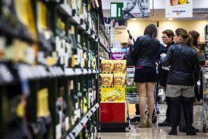 La famiglia italiana spende meno e risparmia su tutto: una su sei sacrifica la salute
