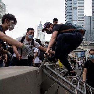 Hong Kong: la protesta contro l'estradizione alla cinese diventa rivolta. Bloccato il Parlamento