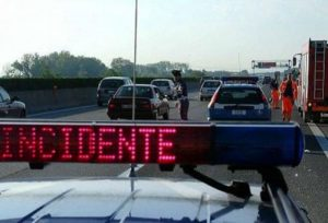 Incidente sulla A2, auto contro furgone: muore un anziano, grave la moglie