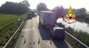 Incidente sulla Jesolana in Veneto: moto contro auto, il motociclista finisce nel fossato e muore