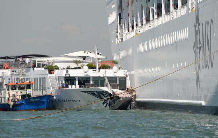 Venezia, battello turisti squarciato