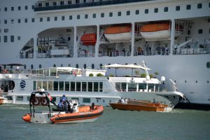 Venezia, nave da crociera contro battello turisti 4
