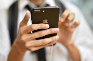 "iPhone Apple, nuovi modelli ""con tre fotocamere display Oled, 5G e Lte"": i rumors"
