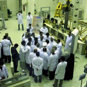 """Iran, gli ayatollah sfidano Trump: """"Tra 10 giorni superiamo limiti di riserve uranio"""""""