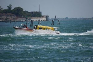 Venezia, incidente in laguna: barca si rovescia, 4 feriti
