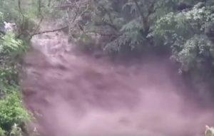 Maltempo in Lombardia, Premana (Lecco) invasa da un torrente di sassi e fango VIDEO