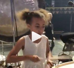 Lenny Kravitz fa suonare la batteria alla piccola fan VIDEO