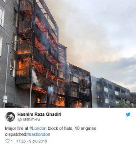 Londra, incendio in un edificio di sei piani. Cento pompieri all'opera (foto Twitter)