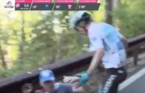 Giro d'Italia, Miguel Angel Lopez cade per colpa di un tifoso: si alza e lo prende a schiaffi VIDEO