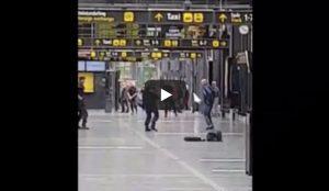 """Svezia, italiano alla stazione di Malmo: """"Ho una bomba"""". La polizia gli spara alle gambe VIDEO"""