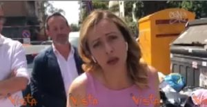 Giorgia Meloni e il VIDEO accanto al cassonetto pieno