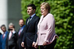 Angela Merkel come sta? La disidratazione da sola spiega il tremore? Medici divisi