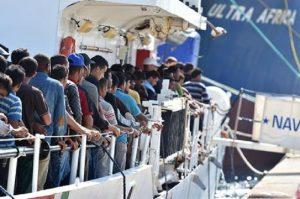 """Migranti, altro barcone verso Lampedusa: """"40 a bordo, serve porto sicuro"""""""