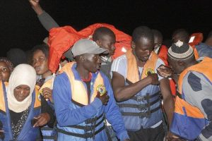 Migranti, a Lampedusa sbarcati in cento nelle ultime ore. Sequestrato un peschereccio libico