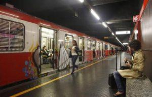 Milano, stazione Famagosta: metro bloccata dopo tentato suicidio (foto Ansa)