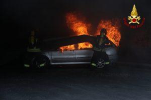 Monteriggioni, finisce fuori strada e l'auto va a fuoco: contabile di 53 anni muore carbonizzato