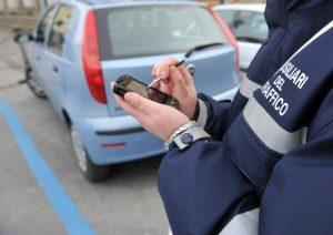 Loano (Savona), prende una multa e insulta i vigili su Facebook: condannato a pagare 8mila euro di danni