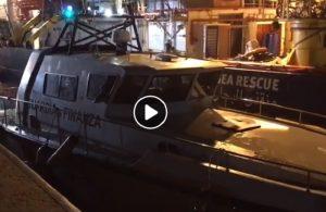 Sea Watch sperona motovedetta Finanza per entrare nel porto VIDEO