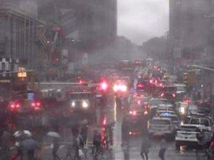 New York, elicottero si schianta contro grattacielo a Times Square