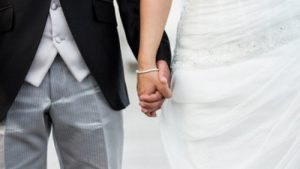 Rissa al matrimonio per battuta sul vestito della sposa: cognati in ospedale